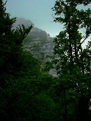 Eine Felswand am Rande des Wanderweg 404 am Gardasee.